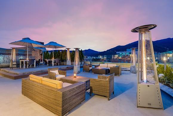 Terraza del Bar Top 94 en Casa Dann Carlton