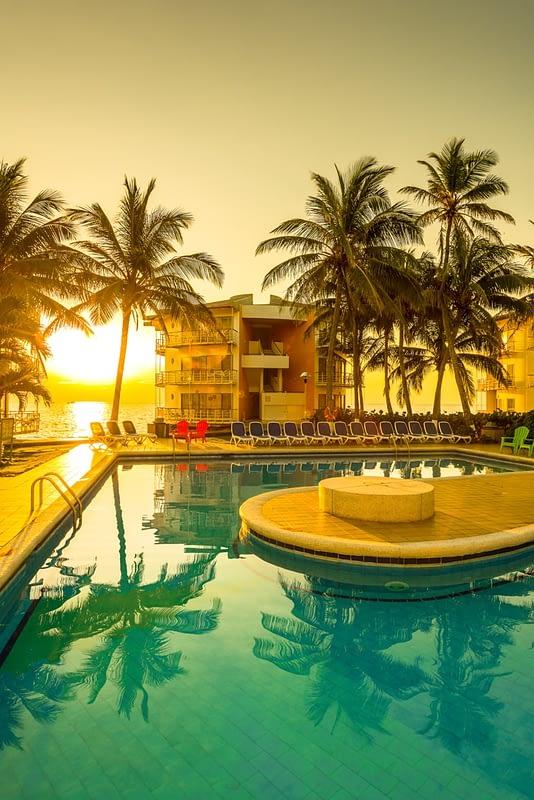 Vista del Amanecer desde la piscina del Hotel Decameron Aquarium
