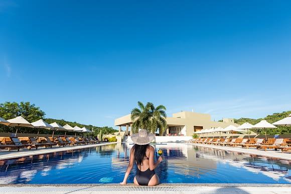 Mujer en piscina del Hotel Waya