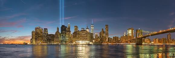 Luces conmemorativas del 9/11 sobre el cielo de Manhattan
