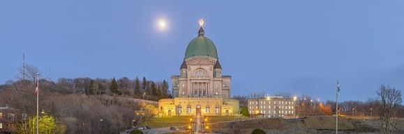 Luna Llena saliendo detrás del Oratorio de St Johns en Montréal