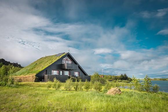 Casa con prado en el techo en Islandia