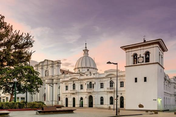 Parque Caldas en la ciudad de Popayán, esquina de la Catedral con la Torre del Reloj, al amanecer
