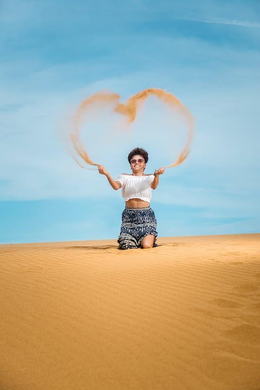 Mujer con corazón de arena