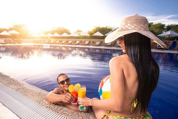 Pareja en piscina de Hotel Waya Guajira