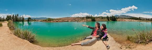 Pareja de visitantes disfrutando de un hermoso paisaje en Boyacá